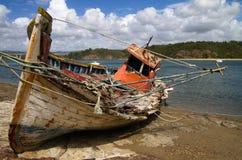 Oude gebroken die vissersboot tegen de rivier wordt gesloopt royalty-vrije stock afbeelding