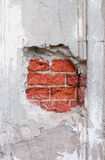Oude gebroken muur met zichtbare bakstenentextuur Stock Afbeeldingen