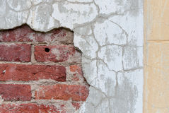 Oude gebroken muur met zichtbare bakstenentextuur Royalty-vrije Stock Fotografie