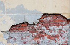 Oude gebroken muur met zichtbare bakstenentextuur Stock Afbeelding