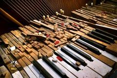 Oude gebroken piano Stock Foto's