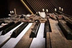 Oude gebroken piano Stock Afbeeldingen