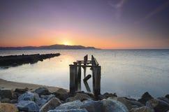 Oude gebroken pijler tijdens awesoome mooie zonsondergang Trillende kleur Stock Afbeeldingen