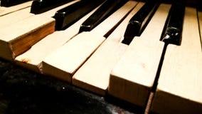 Oude gebroken sleutels op de piano stock fotografie