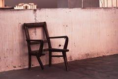 Oude gebroken stoel Stock Afbeeldingen