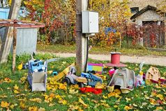 Oude gebroken vergeten openlucht geen speelgoed van naamkinderen op de herfst v stock foto's
