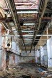 Oude gebroken verlaten fabriek Royalty-vrije Stock Foto's