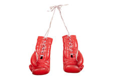 Oude gebruikte en geslagen rode die leer bokshandschoenen op witte achtergrond worden geïsoleerd Royalty-vrije Stock Fotografie