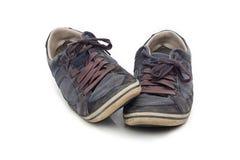 Oude gebruikte geïsoleerde schoenen Stock Foto's