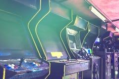 Oude gebruikte klassieke vergeten Uitstekende Arcade in ruimte en niemand van spelers die videospelletjes in het kader spelen Het stock foto