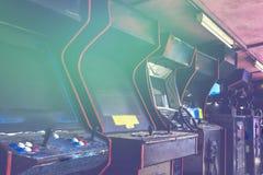 Oude gebruikte klassieke vergeten Uitstekende Arcade in ruimte en niemand van spelers die videospelletjes in het kader spelen Het royalty-vrije stock afbeelding