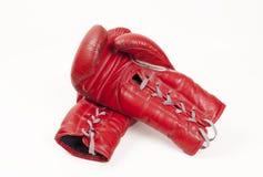 Oude gebruikte rode leer bokshandschoenen die handen samenbrengen, die op witte achtergrond worden geïsoleerd Royalty-vrije Stock Fotografie