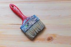 Oude gebruikte verfborstel op nieuwe houten achtergrond royalty-vrije stock afbeelding