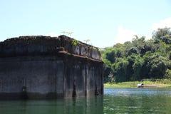 Oude gedaalde tempel in het meer Stock Afbeeldingen