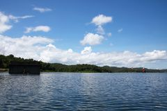 Oude gedaalde tempel in het meer Stock Afbeelding