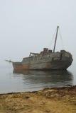 Oude gedaalde whale-boat in mist royalty-vrije stock foto's