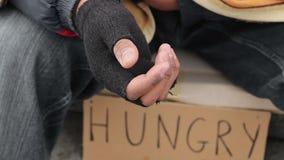 Oude gehandicapte mens die om aalmoes met het schudden van hand, dakloosheid, armoede vragen stock footage