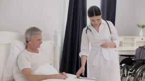 Oude gehandicapte persoon in het ziekenhuis stock footage