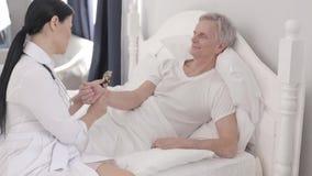 Oude gehandicapte persoon in het ziekenhuis stock videobeelden