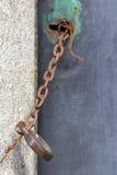 Oude geketend die deur met uitstekend hangslot wordt gesloten Stock Foto's