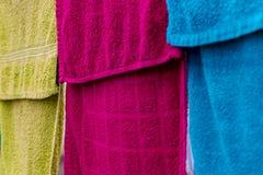 Oude gekleurde badhanddoeken Het volledig-scherm stock afbeelding