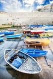 Oude gekleurde houten boten in de kleine haven Het Angevin-kasteel in Gallipoli Stock Foto