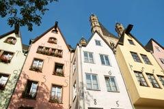 Oude gekleurde huizen in Keulen Stock Fotografie