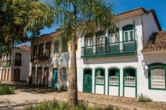 Oude gekleurde huizen, palm en kei in Paraty Stock Foto