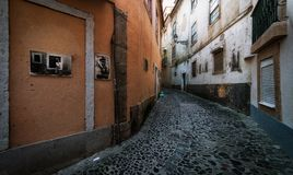 Oude gekleurde straten en het gewone leven van de stad van Lissabon portugal stock afbeelding
