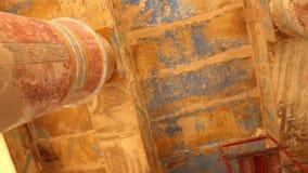 Oude gekleurde zaal bij Karnak-Tempel - de Video van Egypte HD stock video