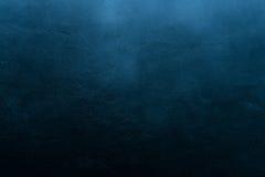 Oude gekraste en doen barsten geschilderde donkerblauwe muur royalty-vrije stock foto
