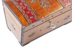 Oude gekraste houten kist met een ornament Stock Afbeeldingen
