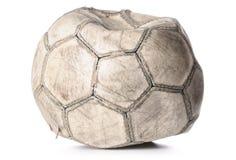 Oude gelaten leeglopen voetbalbal Stock Afbeeldingen