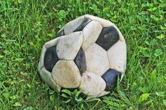 Oude gelaten leeglopen voetbalbal Stock Foto's