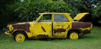 Oude gele auto Royalty-vrije Stock Foto's