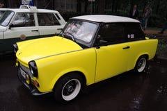Oude gele auto Stock Afbeelding