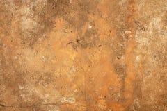Oude gele cementoppervlakte met barsten en ruw voor de achtergrond royalty-vrije stock afbeeldingen
