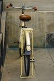 Oude gele fiets leerzetel met schokbrekers en wiel Royalty-vrije Stock Afbeeldingen