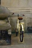Oude gele fiets leerzetel met schokbrekers en wiel Stock Foto's