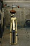 Oude gele fiets leerzetel met schokbrekers en wiel Royalty-vrije Stock Foto's