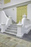 Oude gele gravure houten deur van Thaise tempel Royalty-vrije Stock Fotografie