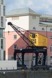 Oude gele kraan bij de jachthaven van rhineauharbor, Keulen, Duitsland, Rijn-promenade, zonnige dag royalty-vrije stock fotografie