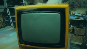 Oude gele retro TV stock video