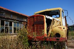 Oude, gele roestige vrachtwagen op het verlaten landbouwbedrijf Royalty-vrije Stock Afbeelding