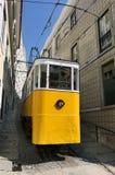 Oude gele tram die zich in de straat van Lissabon bevindt Royalty-vrije Stock Foto's