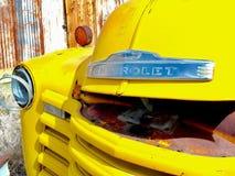 Oude Gele Vrachtwagen Stock Afbeeldingen
