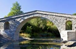 Oude gelijke steenbrug in Griekenland Stock Foto