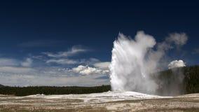 Oude Gelovige Geiser. Het Nationale Park van Yellowstone Stock Afbeeldingen