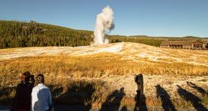 Oude Gelovige geiser, het nationale park van Yellowstone, WY, de V.S. Royalty-vrije Stock Fotografie
