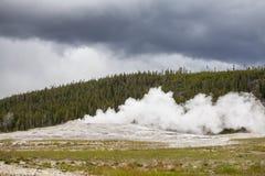 Oude Gelovige Geiser in Nationaal Park Yellowstone Stock Afbeeldingen